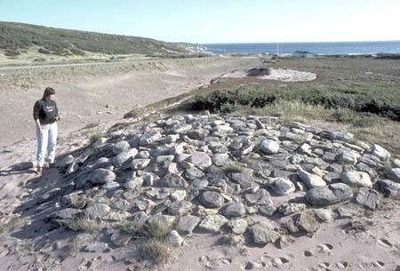Un tas de roches sur une butte.