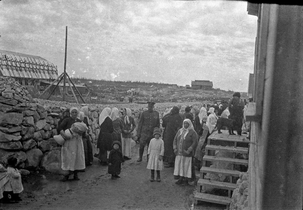 Femmes et enfants au camp d'internement de Spirit Lake en Abitibi