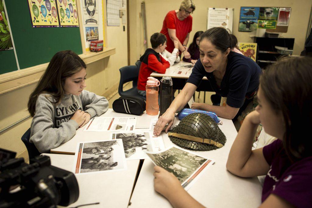 Étudiants examinant une pièce d'artefact en classe