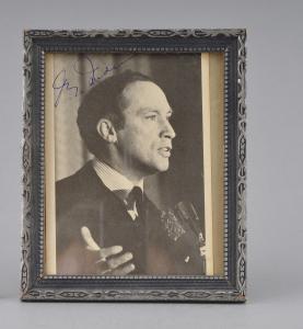 Photographie du premier ministre du Canada, Pierre Elliott Trudeau, vers 1968-1970, autographiée et encadrée.
