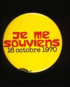 Macaron protestant contre la Loi sur les mesures de guerre avec le texte « Je me souviens, 16 octobre 1970»