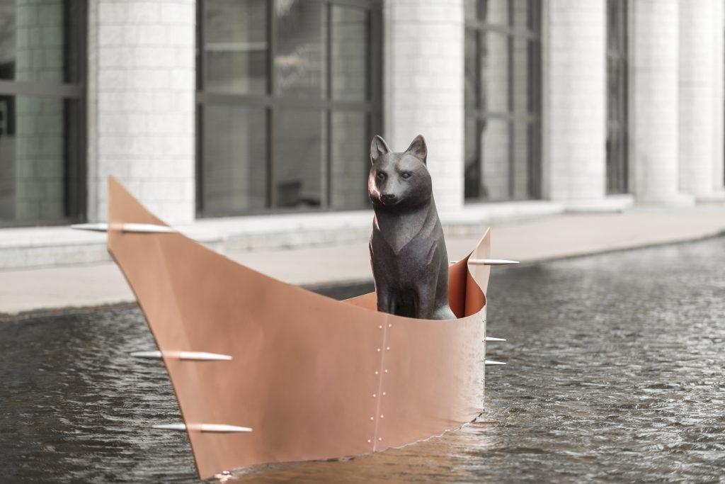 Sculpture d'un loup, un modèle grandeur nature, dans un canoë
