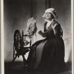 Juliette Gaultier au rouet, en costume,