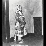 Juliette Gaultier, habillée en parka inuit,