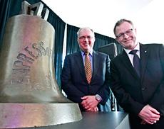 Mark O'Neill, président-directeur général du Musée canadien de l'histoire (à droite) avec David Collyer, président de l'Association canadienne des producteurs pétroliers.