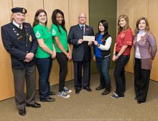 Des étudiants de l'école secondaire Laval Junior High School remettent un chèque au Paul Kavanagh