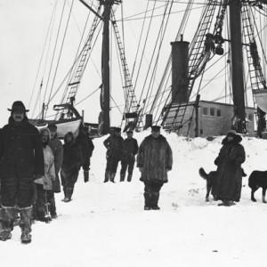 Capitaine S.F. Cottle, madame Cottle et autres près du 'Belvedere', Barter Island, Alaska, 1914. [Credit] MCH, George Hubert Wilkins, 50803
