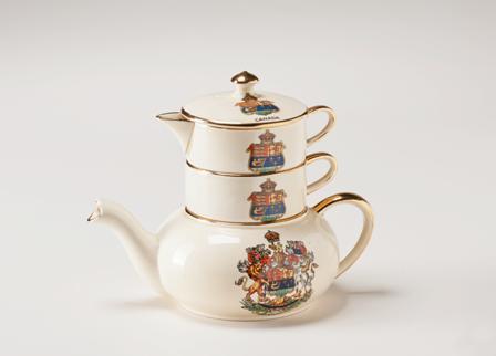 Tiré de la collection Vachon du Musée canadien des civilisations, un service à thé empilable orné des anciennes armoiries du Canada
