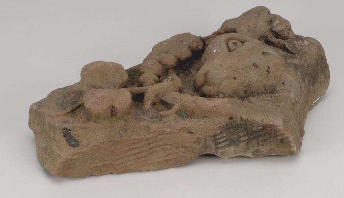 Sculptures sur pierre qui auraient été récupérées par Lloyd Rochester et son frère le lendemain de l'incendie de l'édifice du Centre, en 1916. Musée canadien de l'histoire, 9237-2131-1827-IMG2009-0236-0075-Dm et 9237-2131-1827-IMG2009-0236-0079-Dm