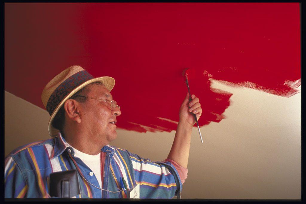 Alex Janvier peignant l'œuvre Étoile du matin au plafond de la Grande Galerie, en 1993. Musée canadien de l'histoire, 73-27121