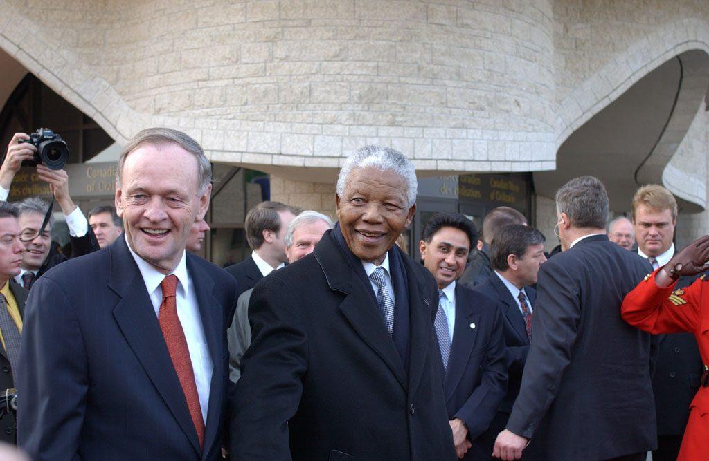En 2001, cérémonie d'octroi de la citoyenneté canadienne à titre honorifique à l'ex-président de l'Afrique du Sud, Nelson Mandela, photographié ici avec Jean Chrétien, alors premier ministre du Canada. Musée canadien de l'histoire, IMG2008-0420-0048-Dm