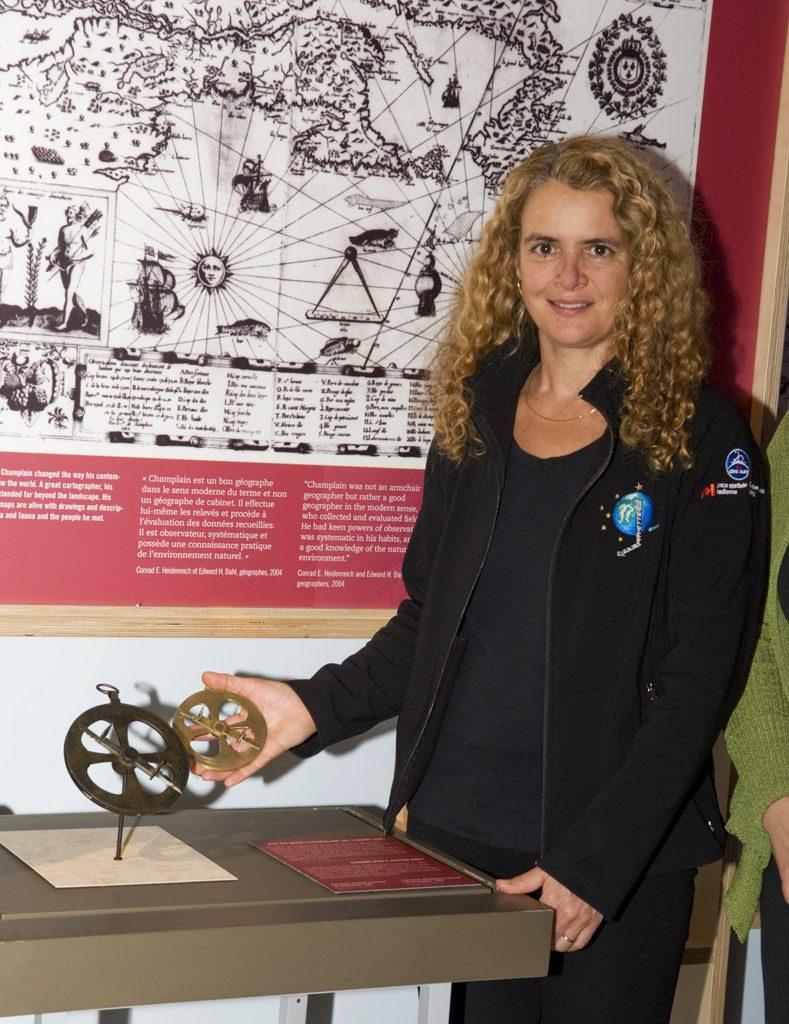 En visite au Musée le 19 janvier 2010, l'astronaute Julie Payette remet la réplique de l'astrolabe de Champlain qui l'a accompagnée dans l'espace. Musée canadien de l'histoire, IMG2010-0008-0018-Dm