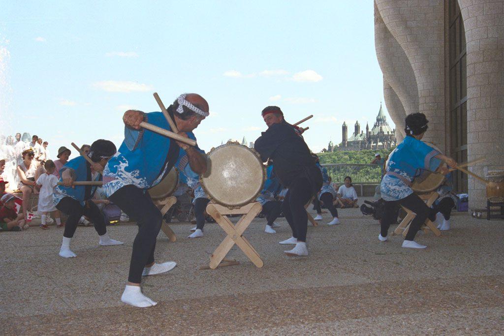 Percussionnistes japonais en pleine action, lors des activités de la Fête du Canada, le 1er juillet 1993. Musée canadien de l'histoire, K93-3700