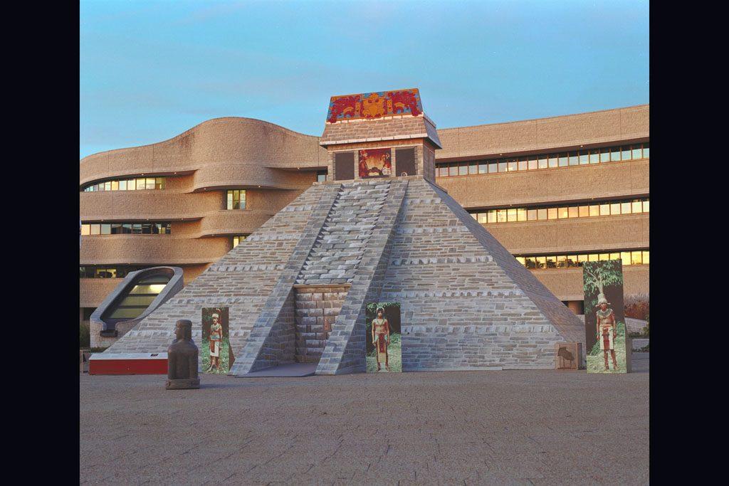 Le temple-pyramide sur l'esplanade du Musée canadien des civilisations lors de l'exposition Le mystère des Mayas, en 1996. Musée canadien de l'histoire, K96-2162