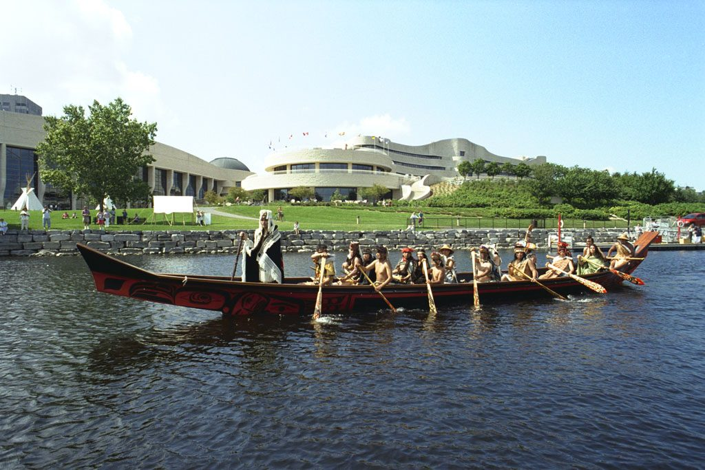 En août 1996, le canot Aigle noir a fait partie d'une reconstitution historique de la rencontre entre l'équipage du Lady Washington, l'un des premiers navires marchands américains venus dans la région des îles de la Reine-Charlotte (Haida Gwaii), et les Haïdas du village de Ninstints sur l'île Kunghit. Musée canadien de l'histoire, K96-2293