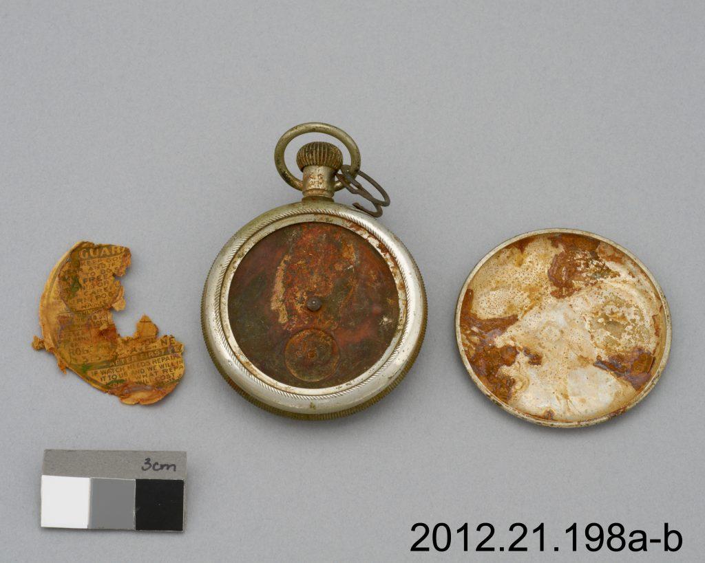 L'image de gauche nous fait voir le plus grand fragment, avant traitement. À l'origine, ce fragment fut inséré à l'intérieur du couvercle arrière de la montre.