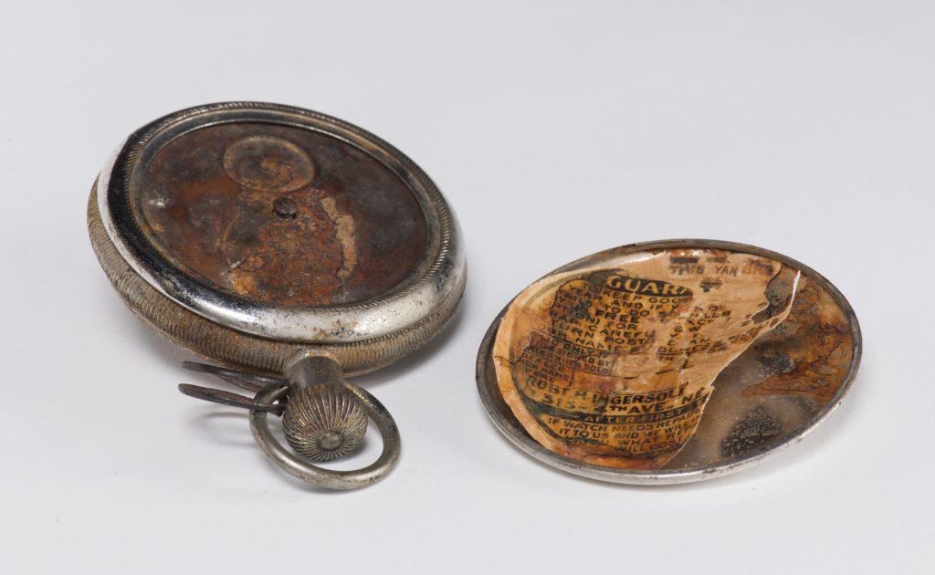 Après traitement, le papier, monté sur tissu japonais, a été placé sur une mince pellicule de polyester, pour être ensuite réinséré dans le couvercle de la montre.
