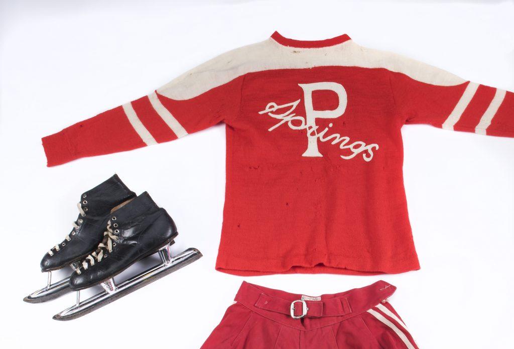 Uniforme de hockey et patins ayant appartenu à Hilda Ranscombe, vedette des Rivulettes de Preston. Musée canadien de l'histoire, IMG 2016 0253 0021-DM.