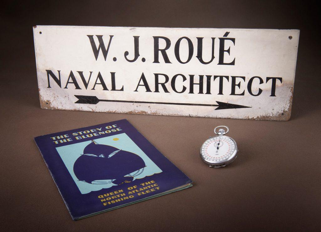 Ces artefacts de la Collection William James Roué seront exposés dans la nouvelle salle de l'Histoire canadienne. Collection William James Roué, Musée canadien de l'histoire, 2015.98.1, 2015.98.2 et RARE VM 395 B5 S76 1933, IMG2016-0300-0013-Dm