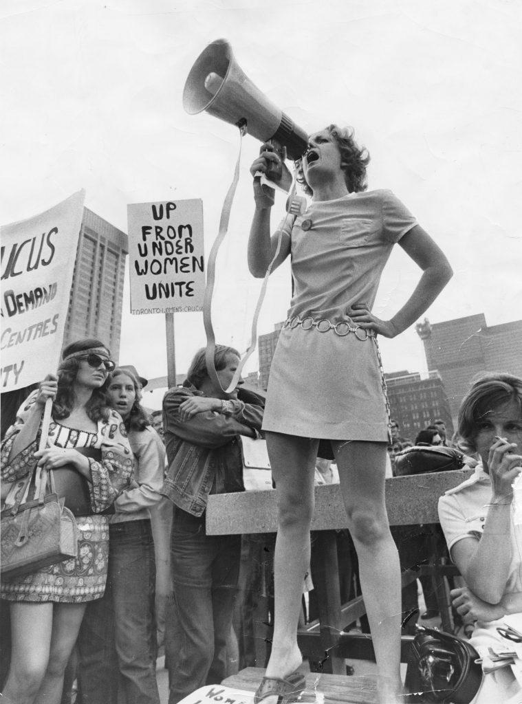 La féministe Jackie Henderson à une manifestation Reg Innell, Nathan Phillips Square (Toronto), 26 août 1970. Reg Innell et Toronto Star, par Getty Images, 538953072.