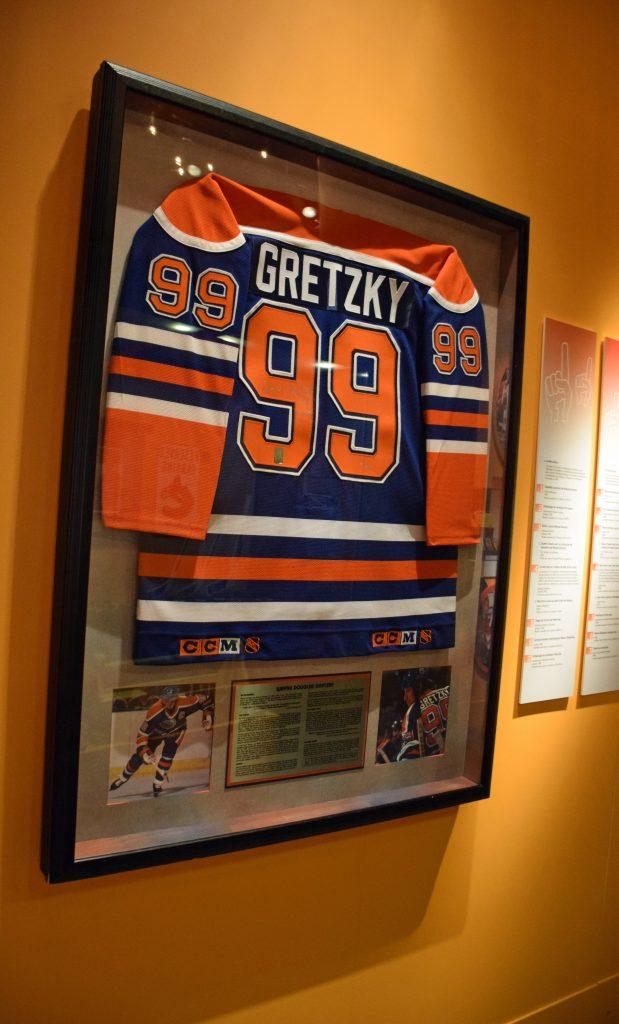 L'encadrement commercial de ce chandail de Wayne Gretzky a été modifié pour mettre à profit des méthodes et des matériaux plus appropriés en matière de conservation. Le chandail garde toutefois la touche d'un encadreur commercial qu'il avait au départ. Photo : Musée canadien de l'histoire.