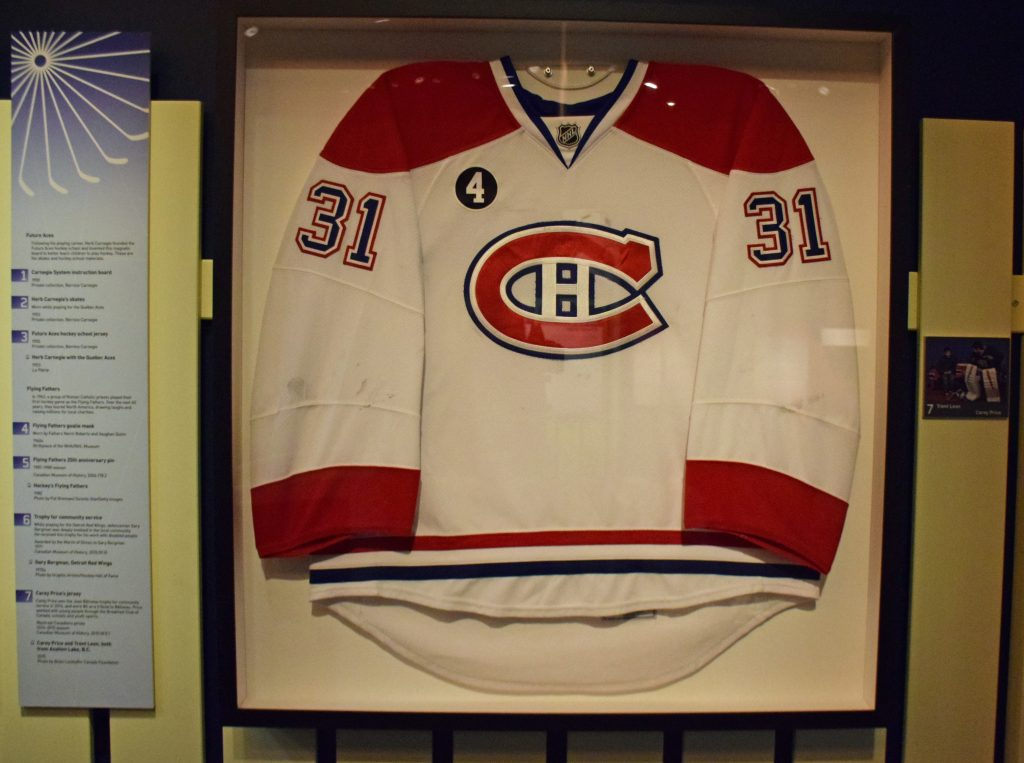 Le chandail de Carey Price encadré au faux fini commercial. Photo : Musée canadien de l'histoire.
