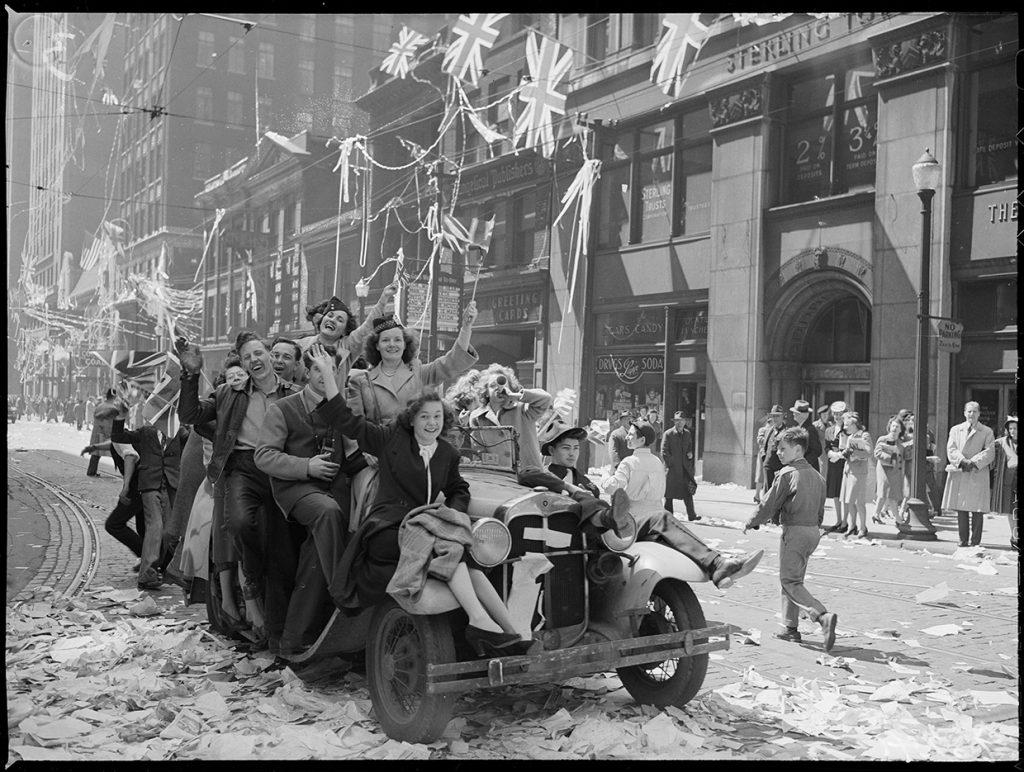 Les Torontois envahissent la rue Bay le jour de la Victoire John H. Boyd, Toronto, 8 mai 1945. Archives de la Ville de Toronto, fonds 1266, article 96241