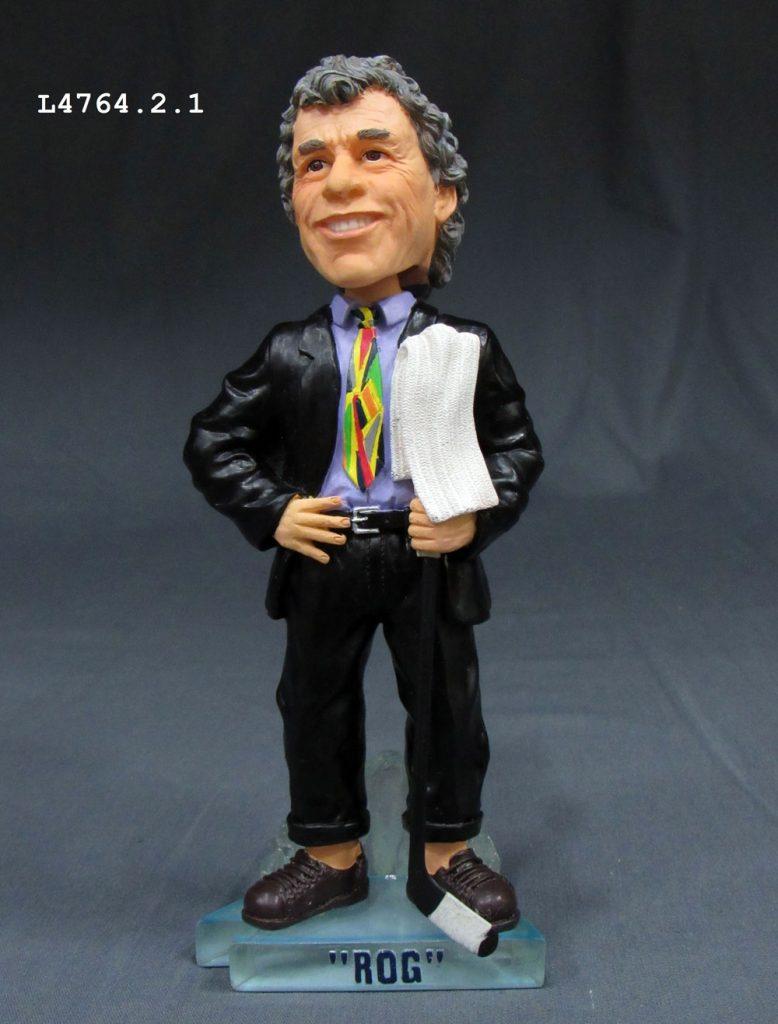 L'entraîneur Roger Neilson était connu pour son côté novateur, mais aussi pour ses cravates farfelues. Cette figurine à tête branlante de « Rog » avec une serviette en est un exemple. Prêt du Peterborough & District Hall of Fame. Photo : Musée canadien de l'histoire.