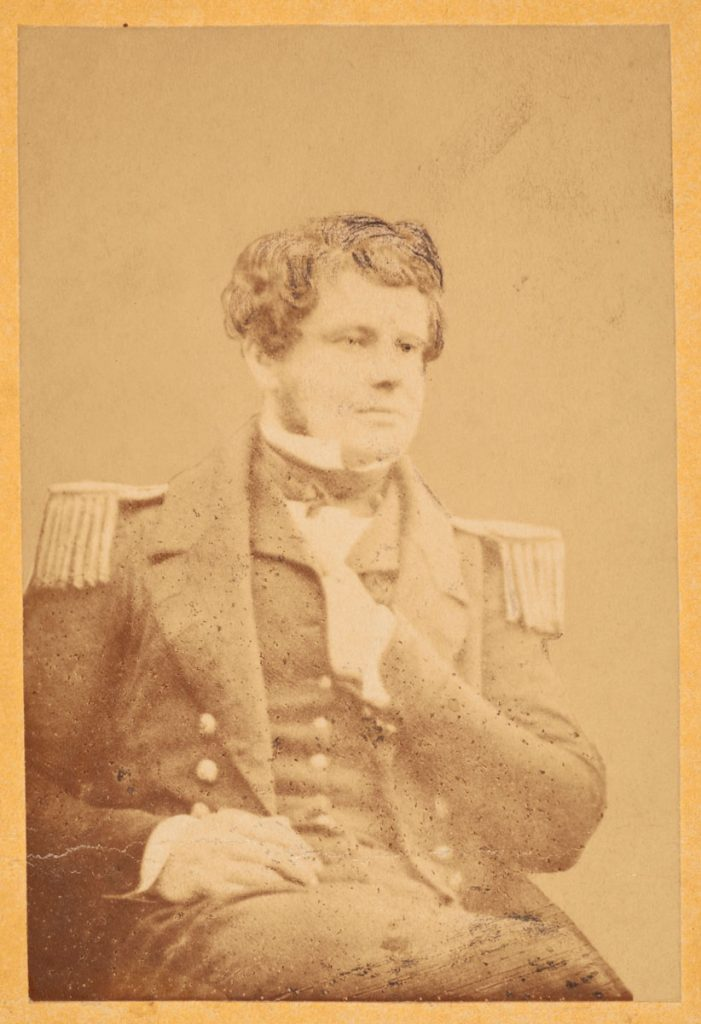 Reproduction sur papier salé d'un portrait du lieutenant Fairholme pris sur daguerréotype. Musée canadien de l'histoire, collection Lieutenant Fairholme, 2016-H0010