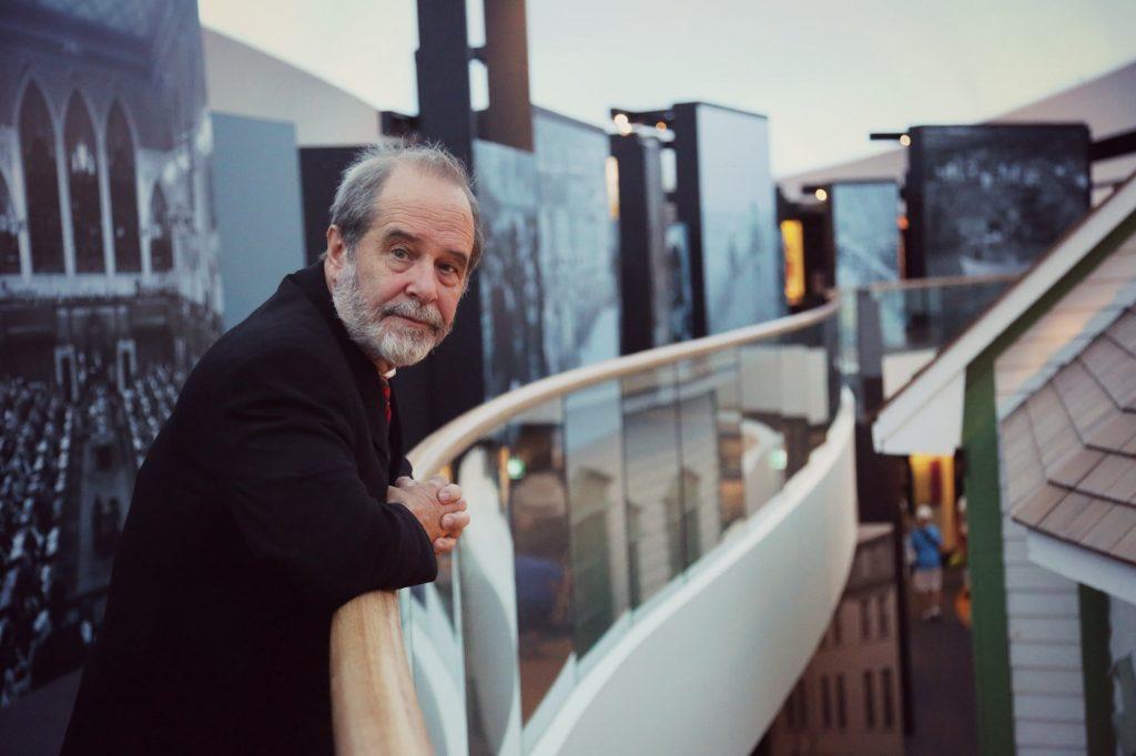David Morrison, Ph. D., regarde la salle de l'Histoire canadienne du haut de la mezzanine (Galerie 3). Au cours des cinq dernières années, il a été le directeur de la recherche et du contenu pour la salle. Photo : Musée canadien de l'histoire.