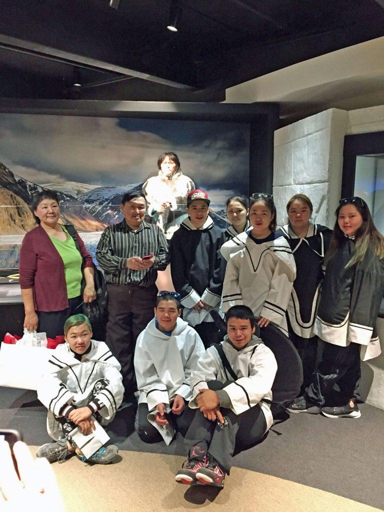 Des membres de la communauté d'Arctic Bay et à la Fiducie du patrimoine inuit lors d'une cérémonie privée, en avril 2017. Photo : Musée canadien de l'histoire