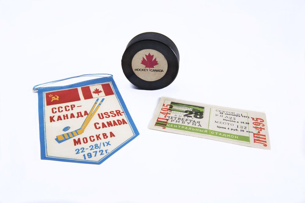 Fanion souvenir, billet et rondelle de la Série du siècle 1972. Musée canadien de l'histoire