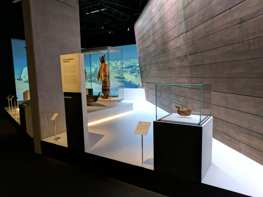 La salle d'introduction de l'exposition Death in the Ice, au National Maritime Museum, comprend une sculpture inuite d'un navire européen (à l'avant-plan).