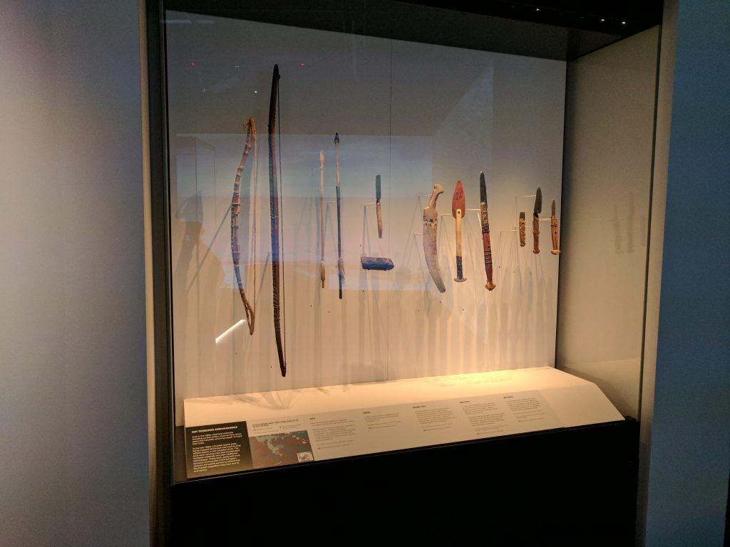 Une expovitrine au National Maritime Museum. Elle juxtapose des objets inuits fabriqués à partir de ressources locales et d'autres artefacts faits dans des matériaux provenant de l'expédition Franklin. Photo: Musée canadien de l'histoire