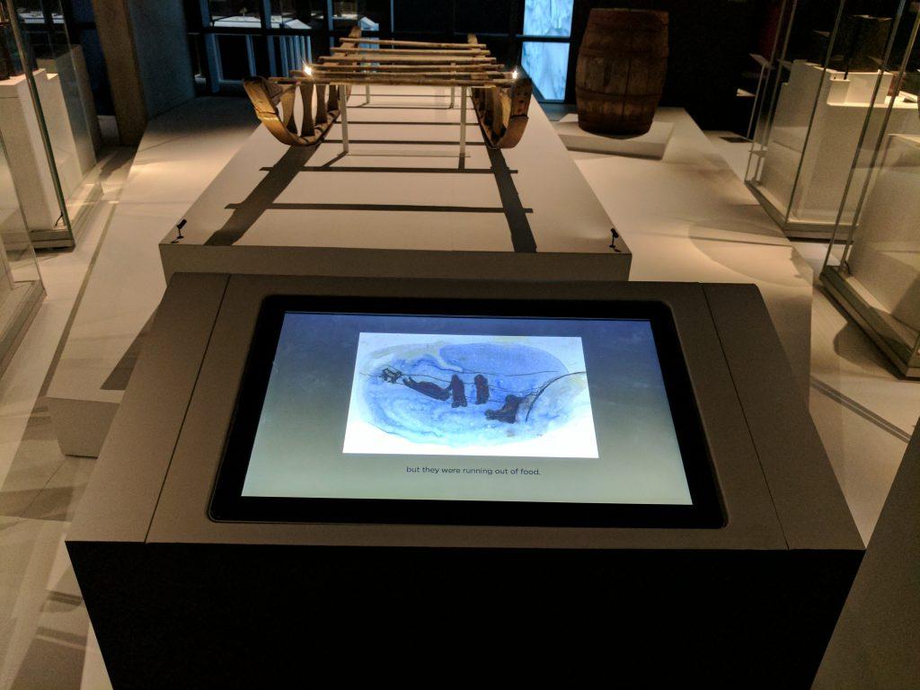Une station d'écoute de récits oraux, que rehaussent des illustrations de Heather Campbell, au National Maritime Museum. Photo: Musée canadien de l'histoire
