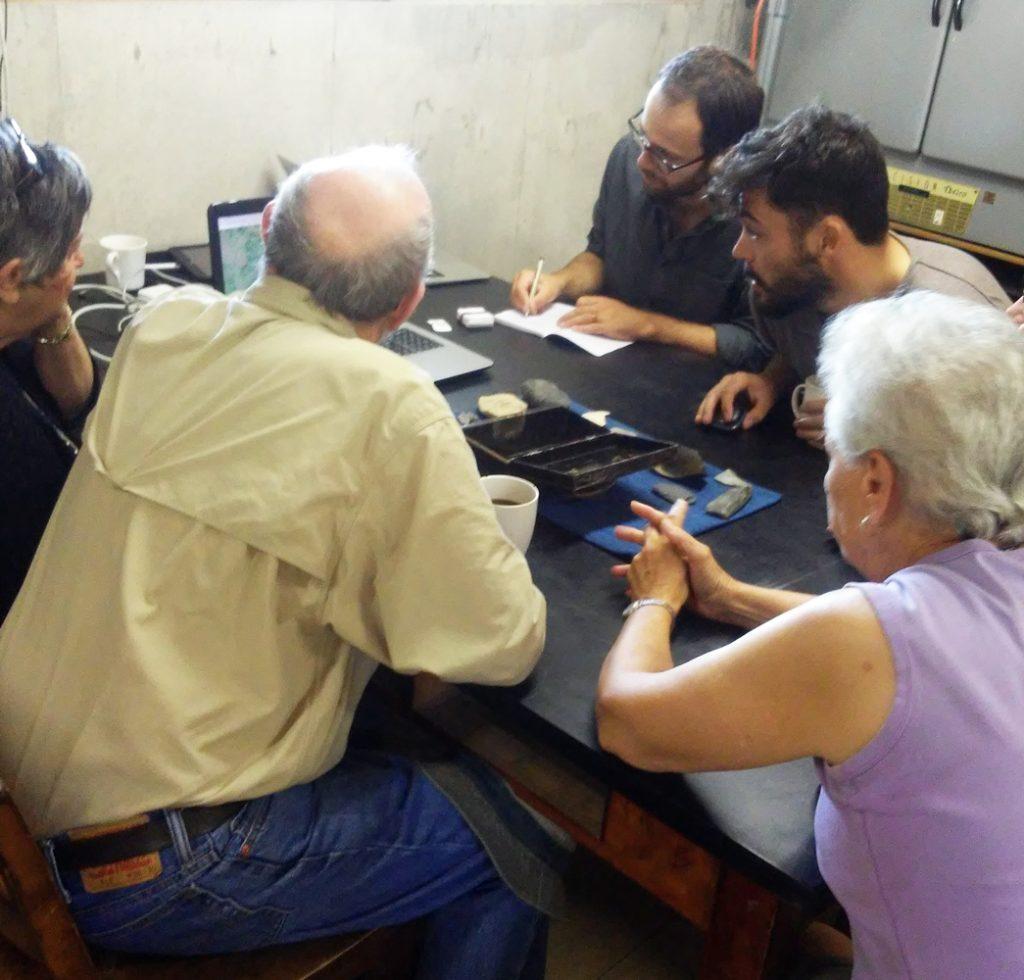 Des archéologues examinent des objets