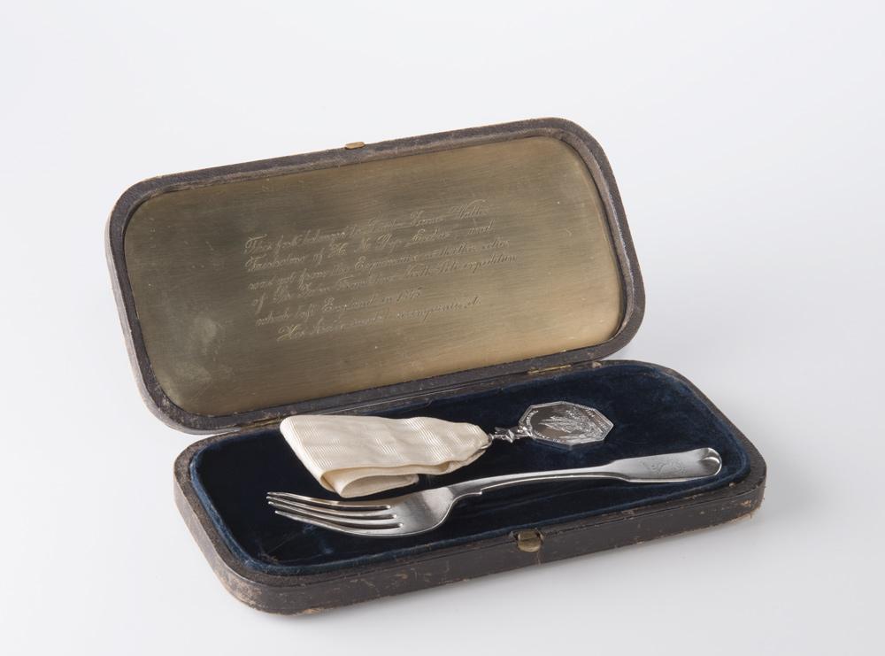 Fourchette à dessert et médaille de l'Arctique