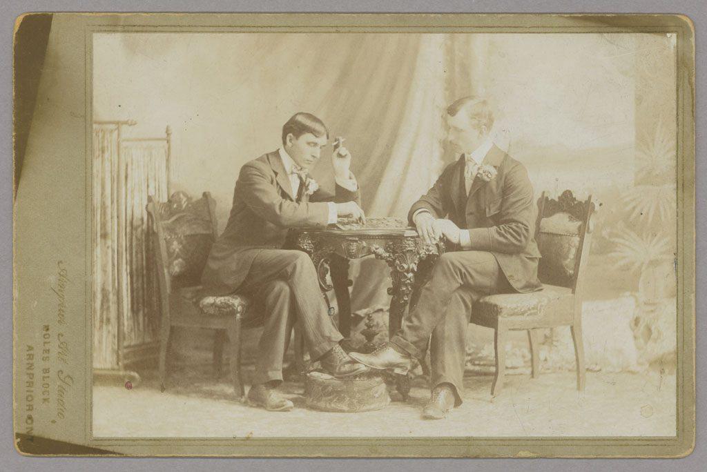 Deux hommes jouant aux dames