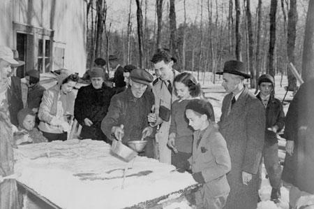 Gens mangeant de la tire sur la neige, Québec, c.1945., © MCC/CMC, J-4332