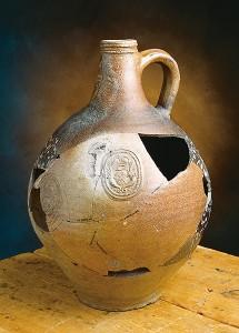 Cruche en grès rhénan brun, provenant de la Maison Jérémie (Place Royale) et datant du début du XVIIIe siècle.