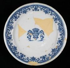 Assiette en faïence aux armoiries de St-Ovide de Brouillant