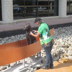L'artiste photographiant la sculpture