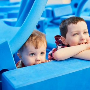 Enfants avec des morceaux de mousses bleus