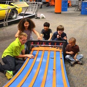 Lançant dans la course avec les voitures-jouets