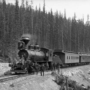 Locomotive de montagne pesant 100 tonnes sur la ligne du Canadien Pacifique