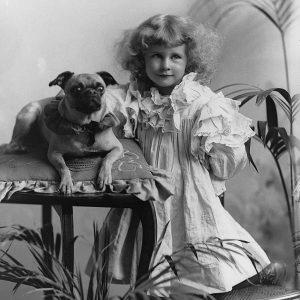 Missie Phyllis Joseph avec un chien