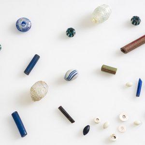 Perles en verre de diverses formes et couleurs