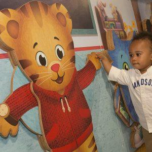 Un enfant avec Daniel Tiger