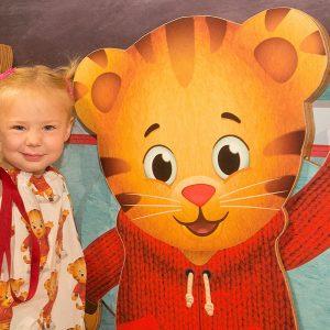 Jeune fille avec Daniel Tiger