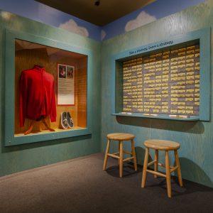 La veste et les chaussures de M. Rogers dans l'espace d'exposition Daniel Tiger